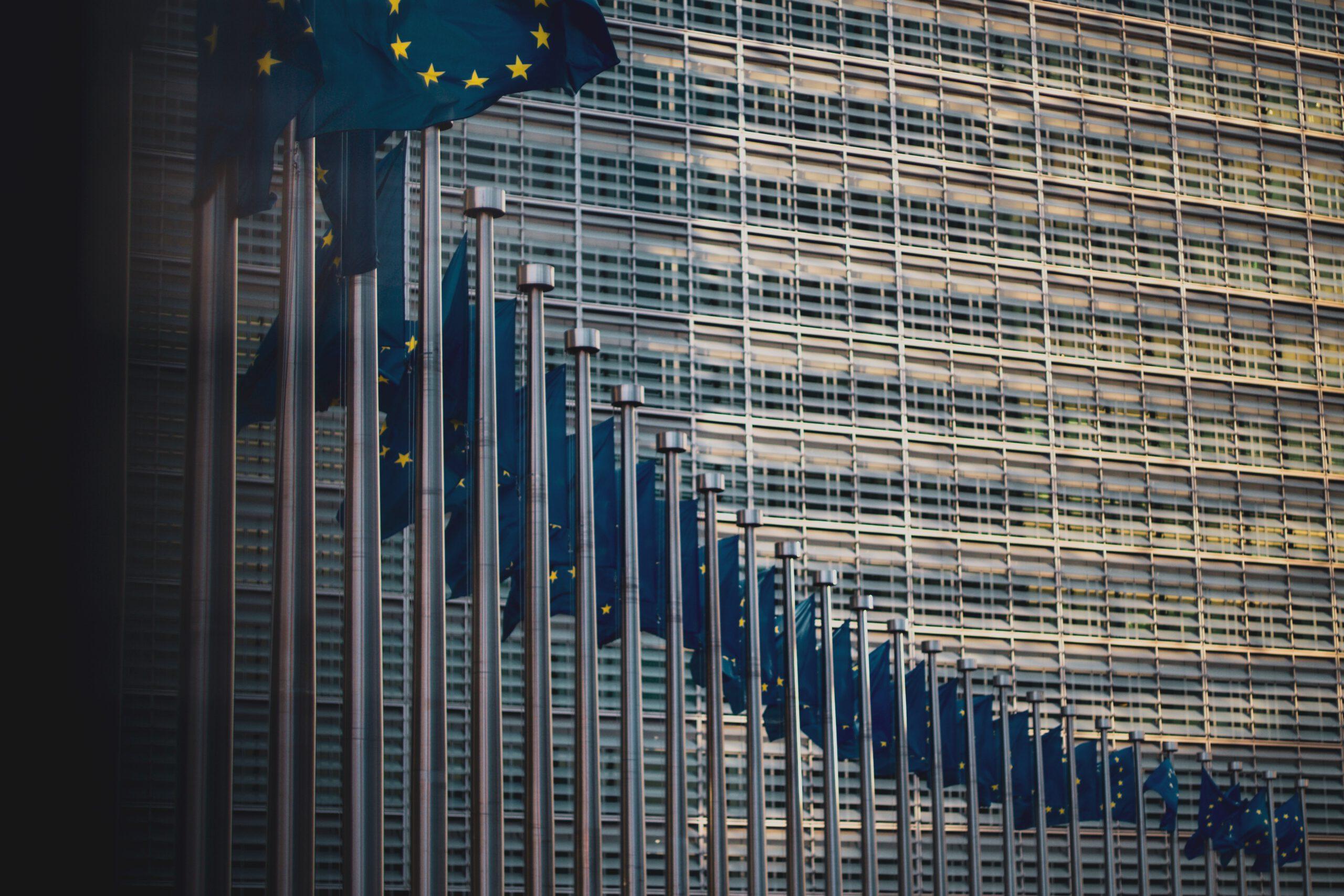 Europaflaggen vor der Europakommission